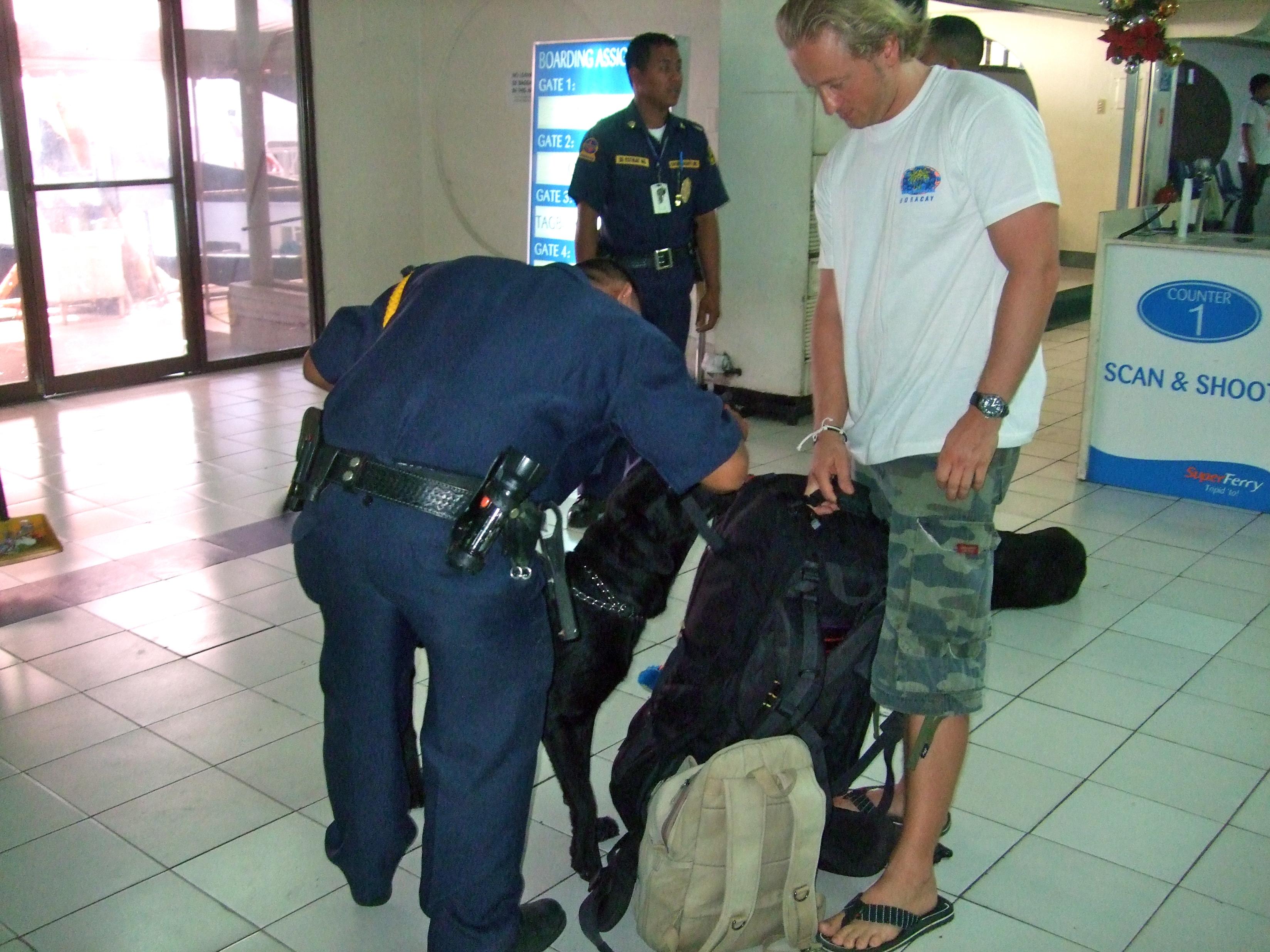 Drogenspürhunde am Hafen von Cebu
