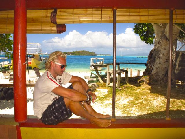 Blick auf den Strand von der Terrasse der Pension auf Bora Bora.