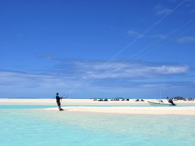 Kitesurfen in der Aitutaki-Lagune, Cook Islands. Ein absoluter Traum für jeden Kitesrufer.