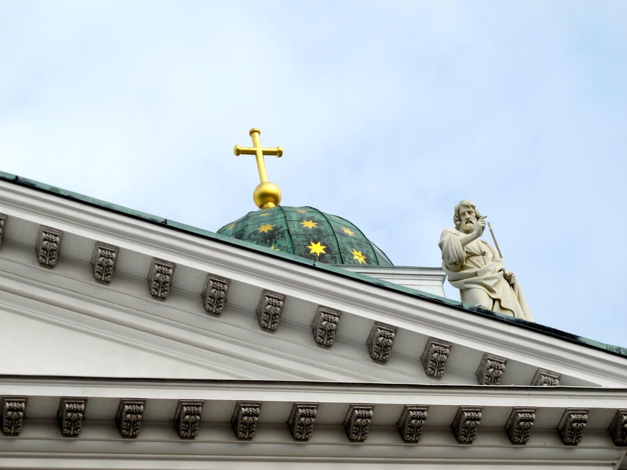 Eine Statue eines der 12 Apostel am Dom von Helsinki.