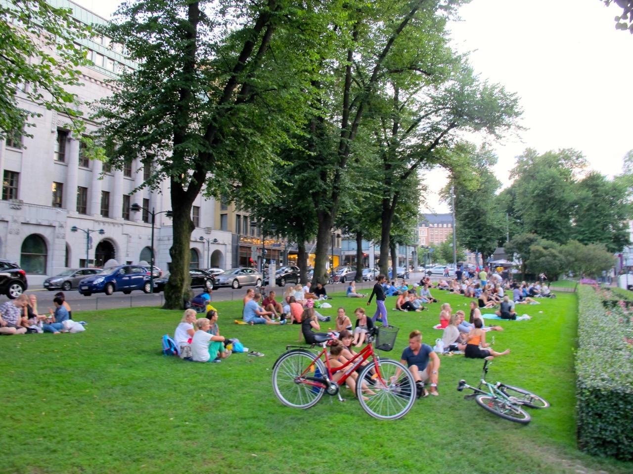 Hunderte von Menschen bevölkern den Esplanade Park.