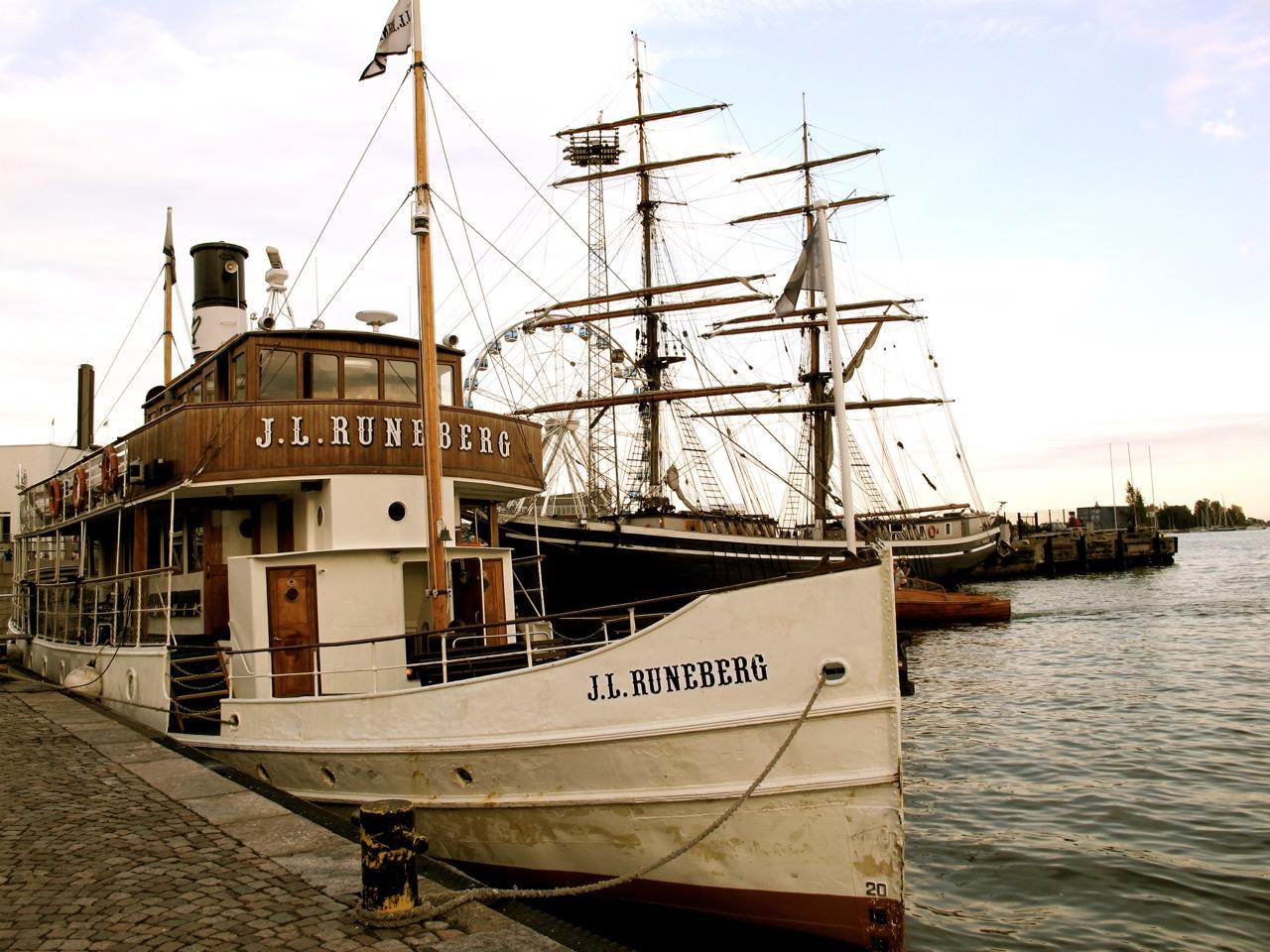 Große Segelschiffe liegen am Hafen an.