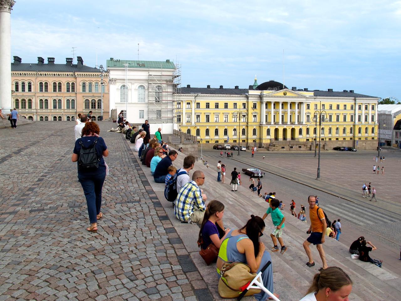 Der Senatsplatz vor dem Dom von Helsinki.
