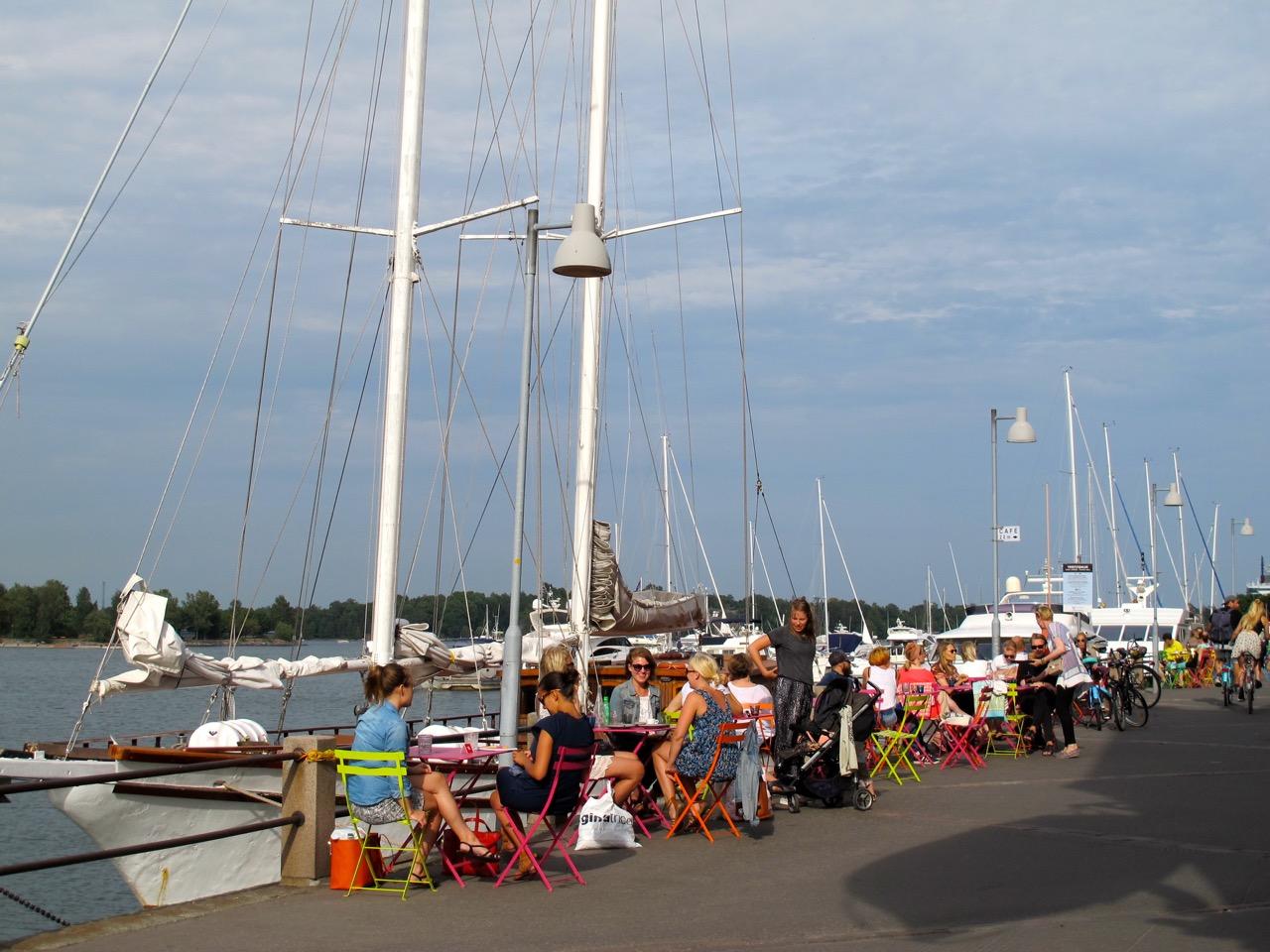 Das maritime Flair Helsinkis in der Hafengegend lädt zum Verweilen in einer der Cafés ein.