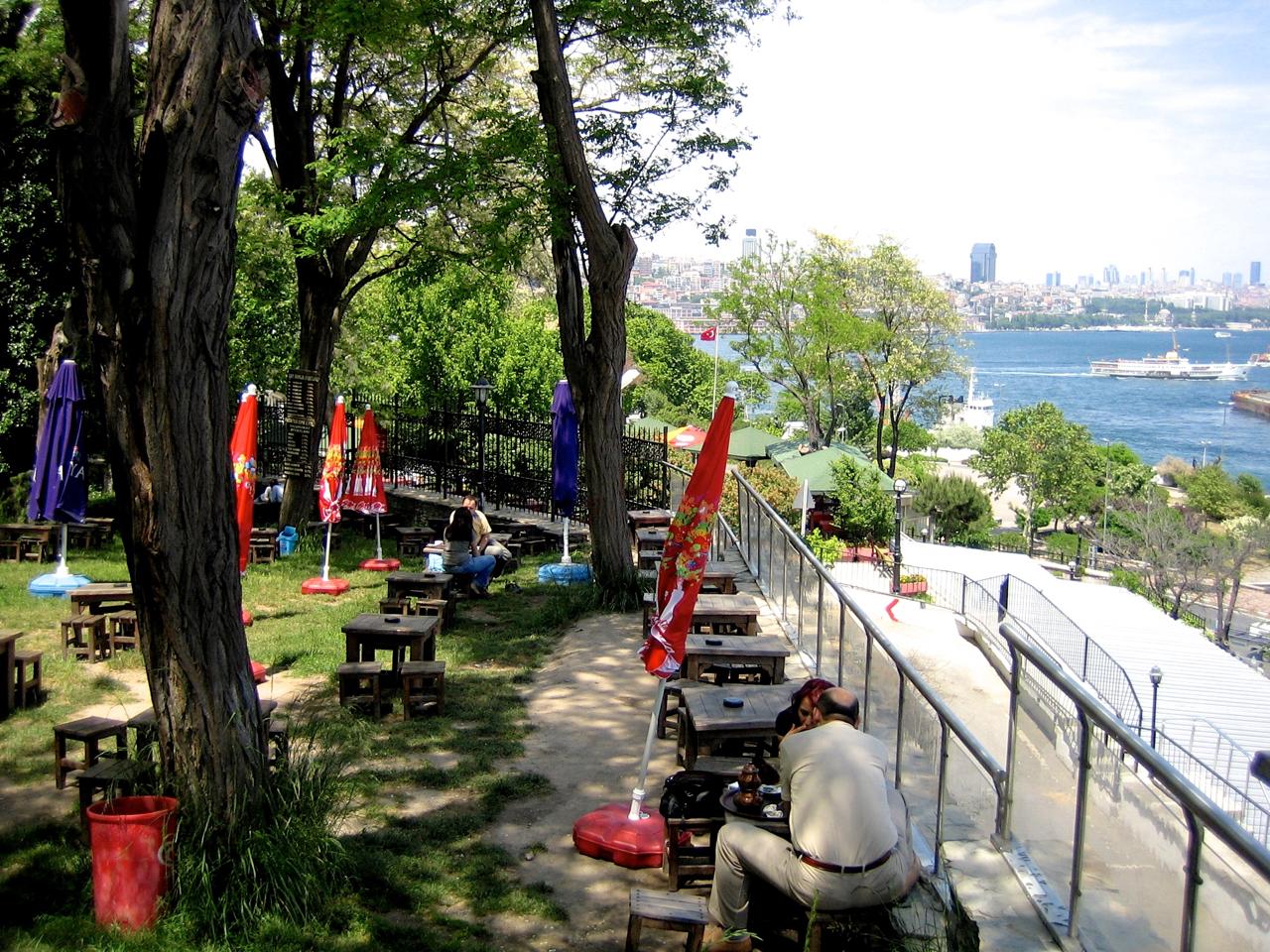In einem Café in Istanbul mit Blick auf den Bosporus und den Asiatischen Teil der Türkei.
