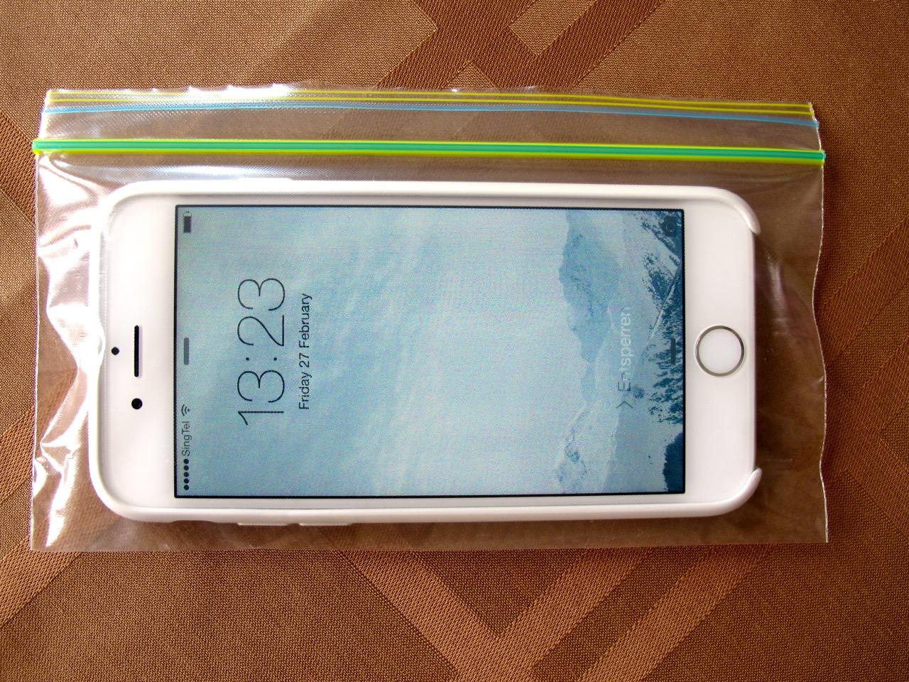 LIFE HACK für Mutige: Mit einem ZIPLOCK Beutel das nagelneue iPhone (deines besten Freundes) zu einer Unterwasserkamera umfunktionieren.