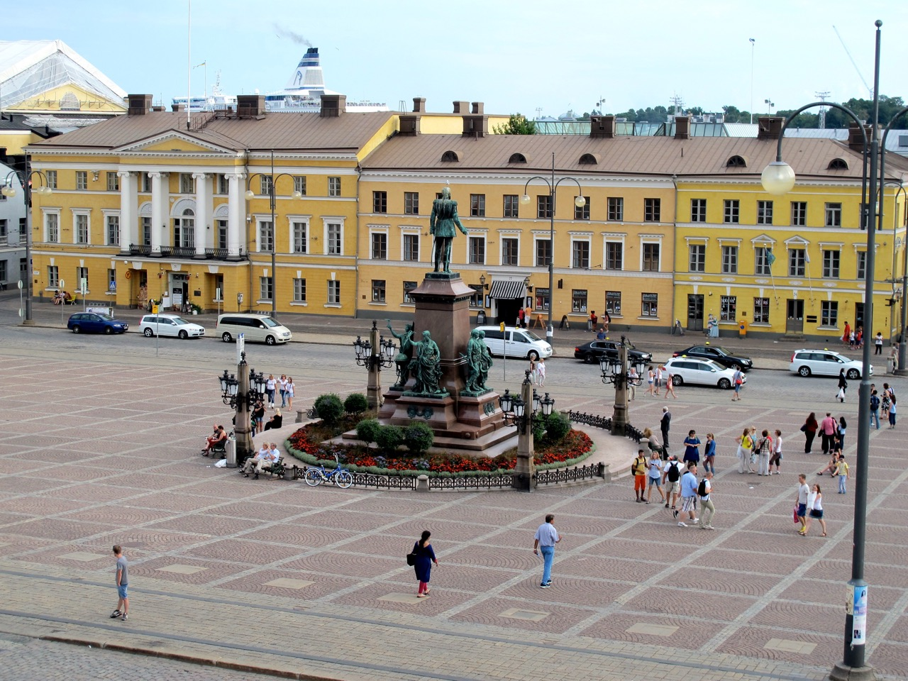 Die Alexander II. Statue auf dem Senatsplatz in Helsinki.