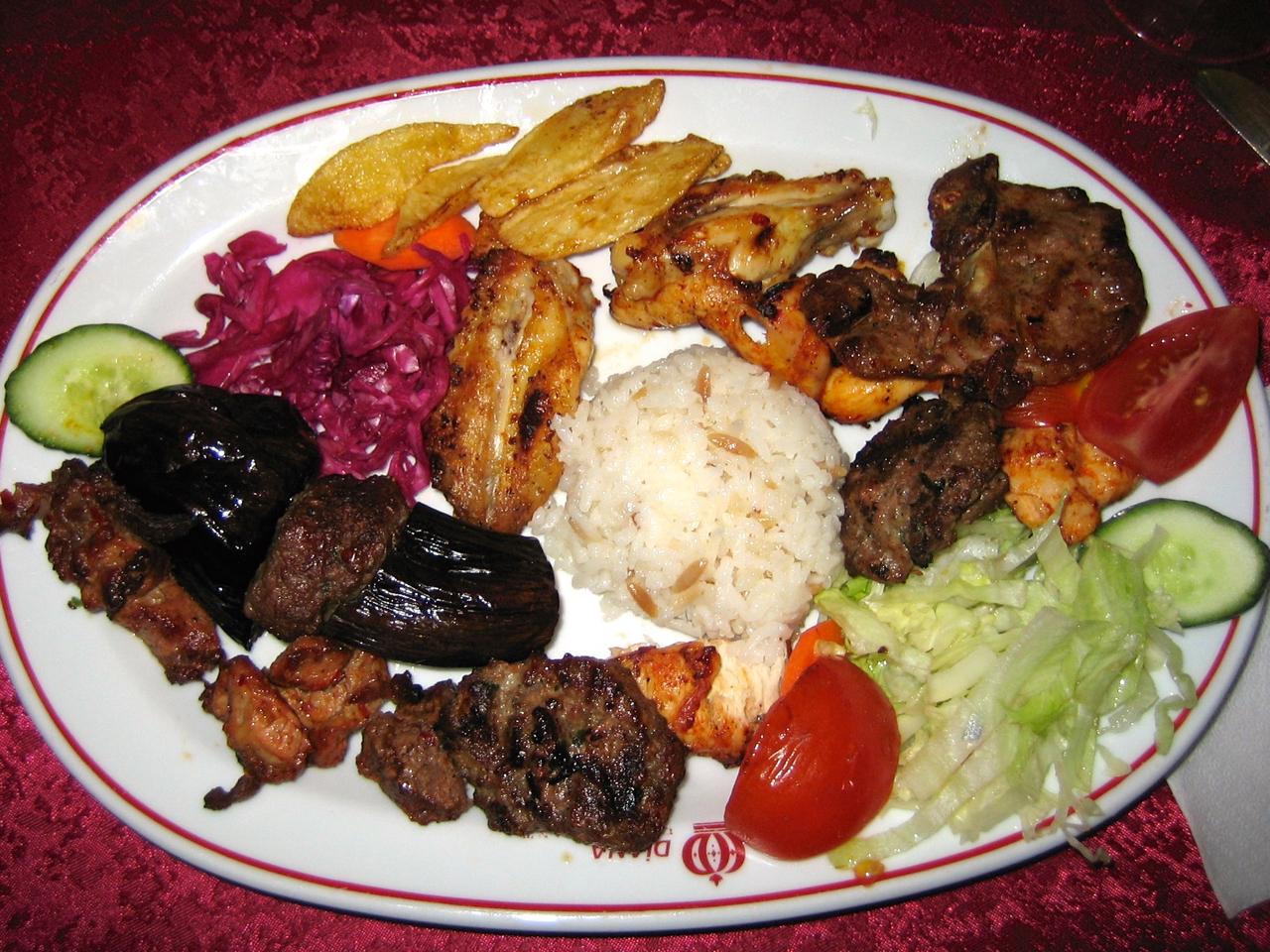 Eine Zusammenstellung  türkischer Spezialitäten mit Frikadellen, Auberginen, Hähnchen, Lamm, Reis und Salaten. Lecker!