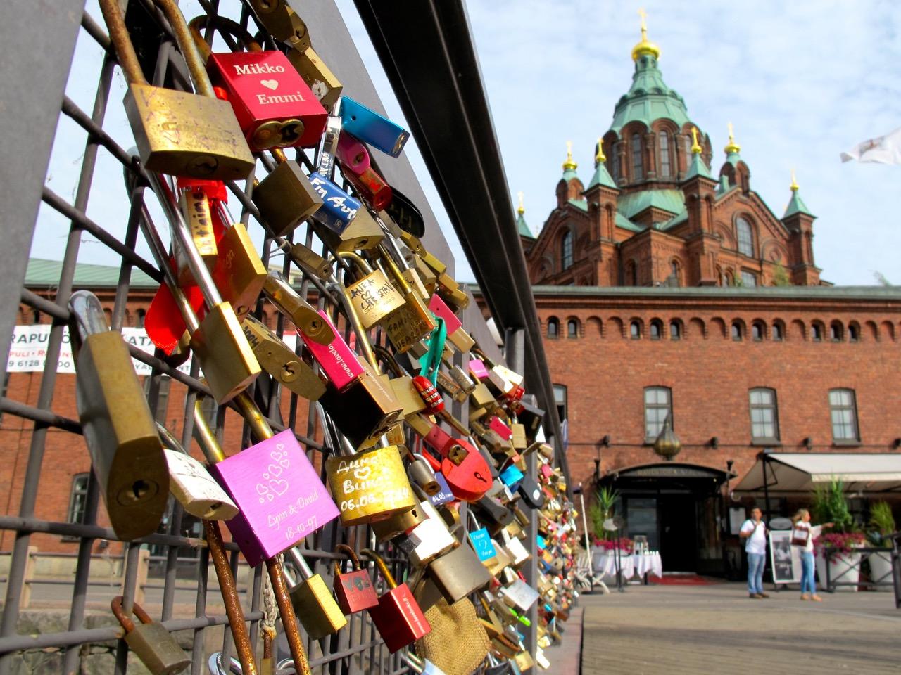 Liebesschlösser an einem Brückengeländer auf dem Weg zur Uspenski Kathedrale.