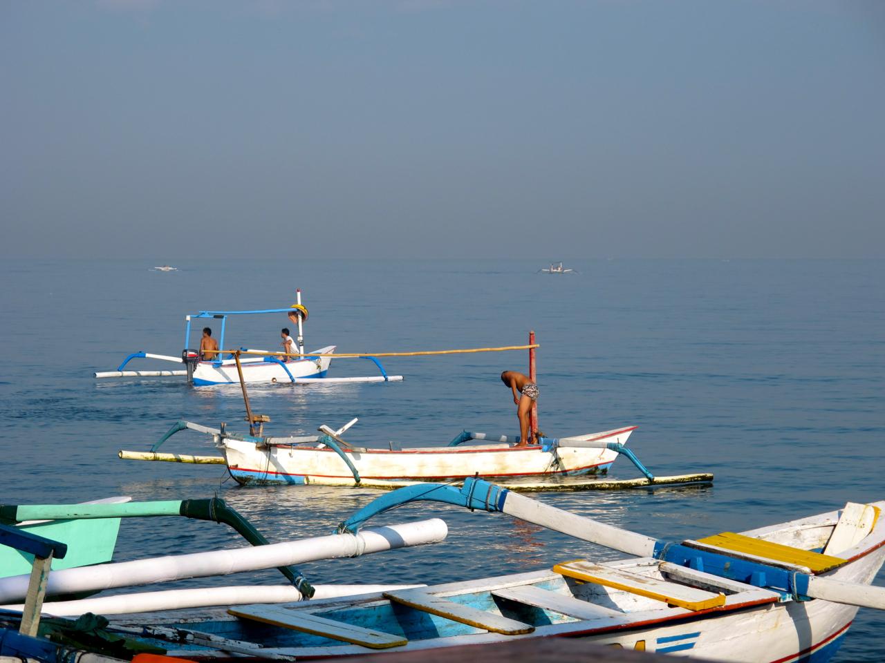 Relaxte Atmosphäre vor der Nordküste Balis. Lovinas Fischer bereiten sich auf den nächsten Fang vor.