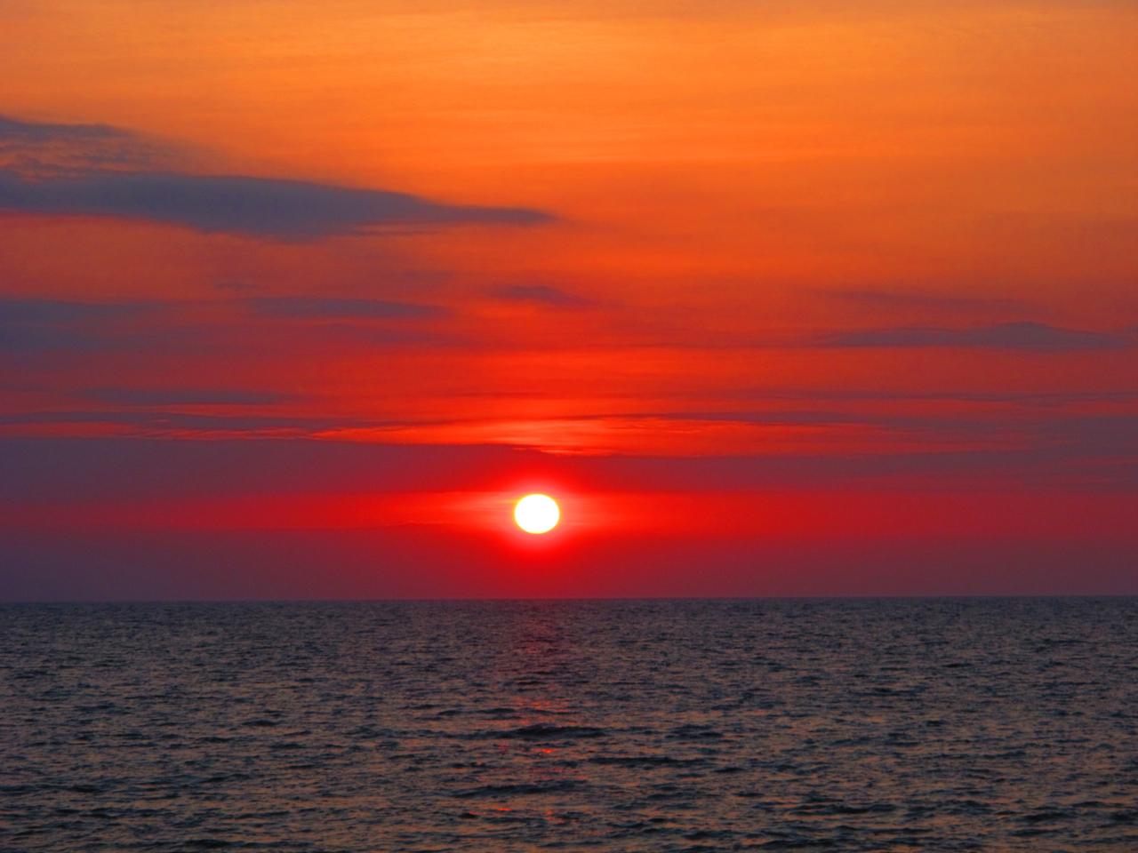 Beeindruckende Szenerie zum Sonnenuntergang am Lovina Beach in Nordbali.