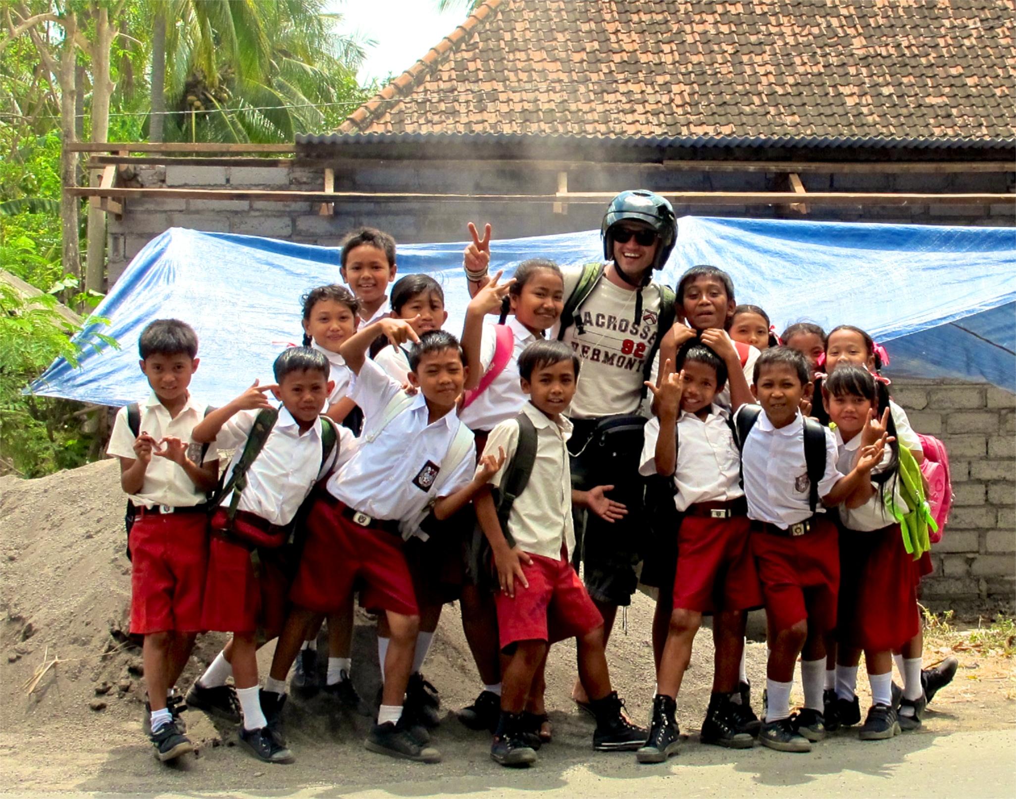 Freundliche Bali kids auf dem Schulweg - immer zu einem Foto mit einem Touri bereit.