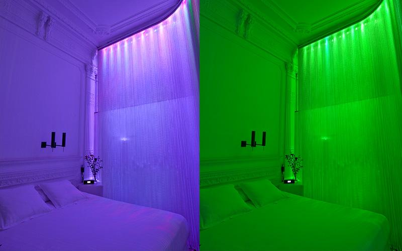 Das Zimmer im chic&basic Born Barcelona lässt sich in alle möglichen Farben tauchen. Super romantisch!