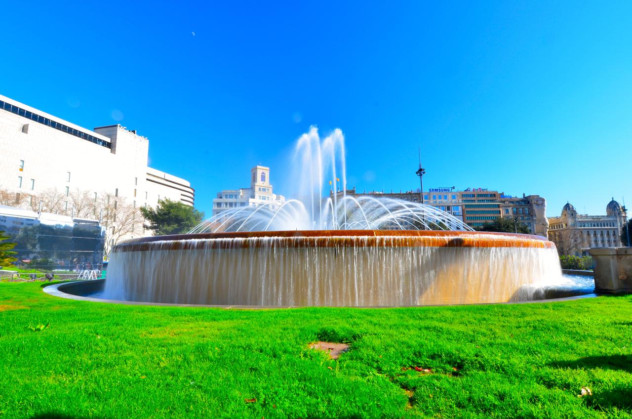 Der Brunnen am Plaza de Catalunya mit Barcelonas tollem blauen Himmel