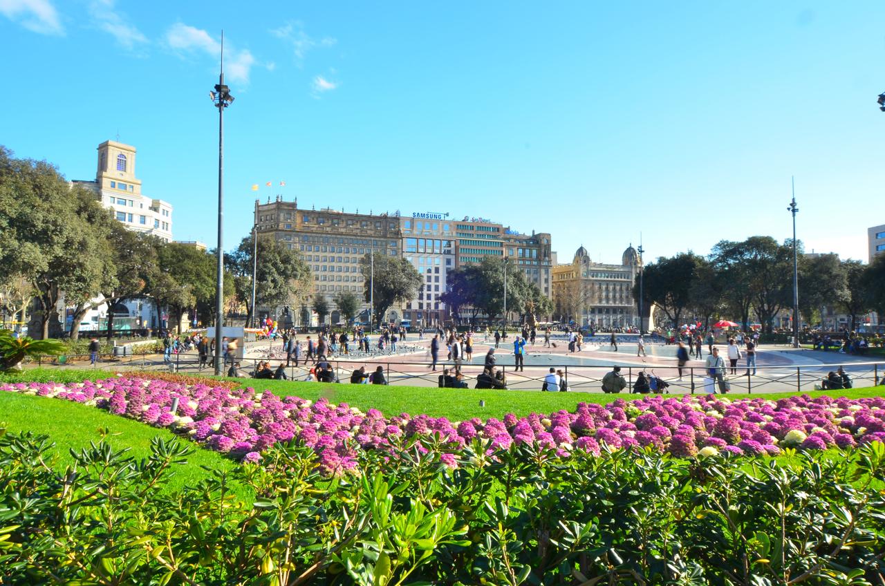 Der große Plaza de Catalunya in Barcelona.