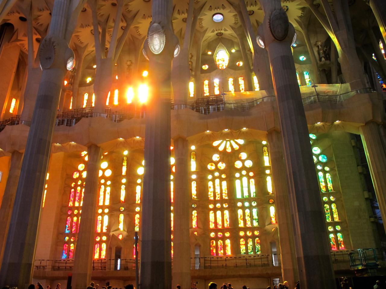 Die bunten Fenster der La Sagrada Familia.