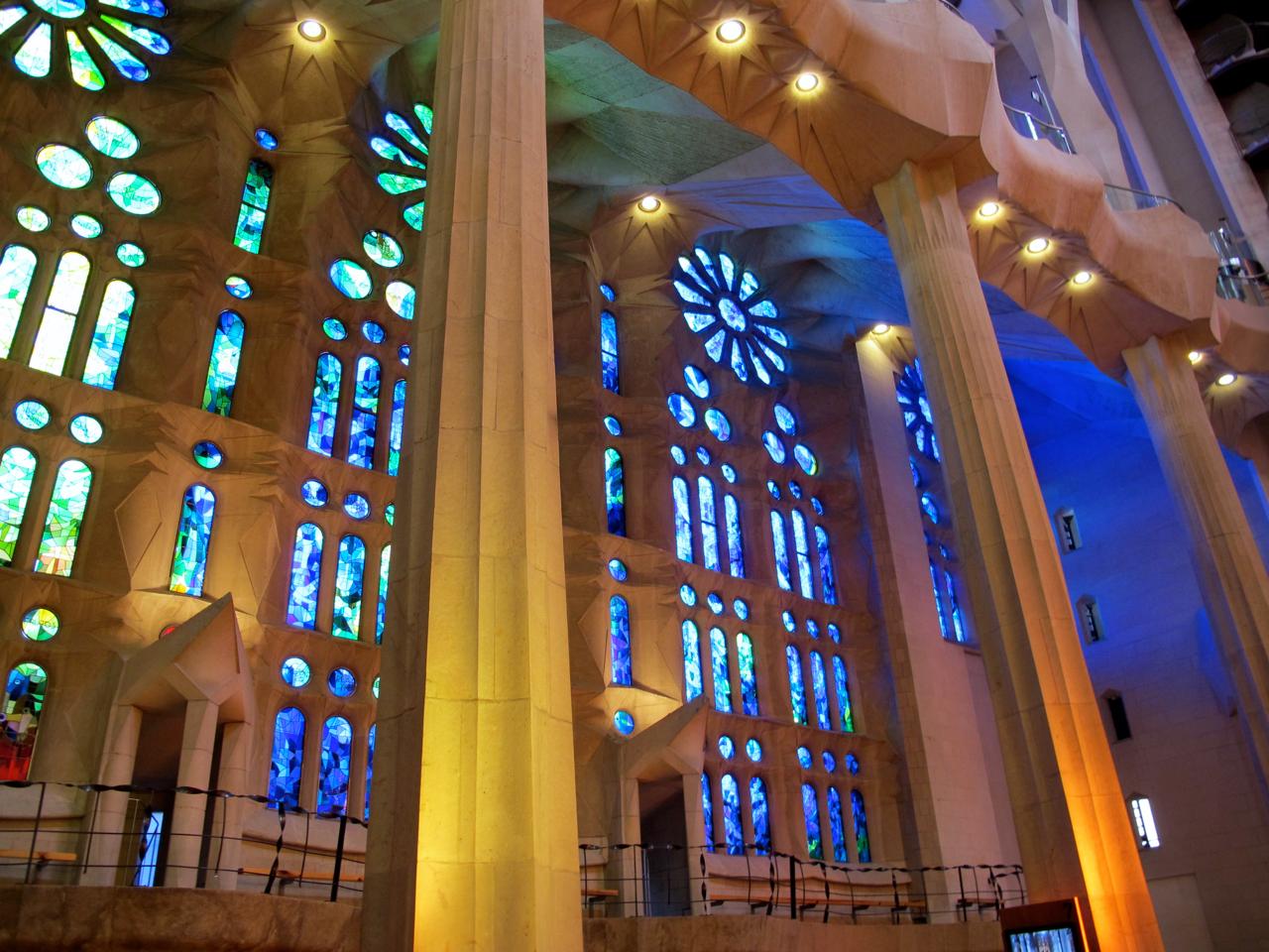 Wunderschöne Kirchenglasfenster in allen Farben.
